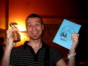 Haciendo el panoli con un premio del Saló y mi fanzine